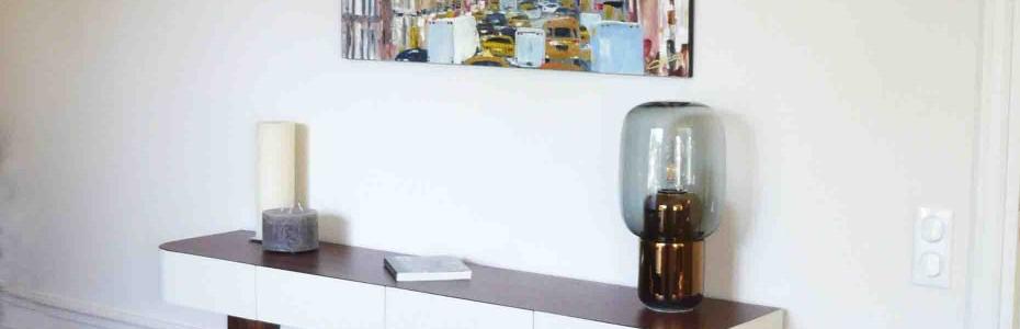 Montée sur ses 4 pieds gainés, la console Constant offre un agréable contraste entre la blancheur immaculée de sa laque et la chaleur des veines dont se pare le palissandre. matériaux: placage de Palissandre de Santos, chêne (tiroir) et laque dimensions: H 90cm, L 160cm, Prf 35cm autres essences de bois et autres dimensions sur demande