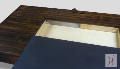 Ce grand bureau est pourvu de 2 tiroirs latéraux montés sur coulisses, ainsi que d'une partie centrale coulissante. Celle-ci libère un espace de rangement supplémentaire et permet aussi le passage astucieux des fils d'ordinateur, en toute discrétion, du plateau aux pieds dans lesquels ils peuvent être encastrés. dimensions: h 75cm, 150x70cm matériaux: placage de ziricotte, chêne massif, desktop linoleum (sorte de cuir végétal à base d'huile de lin), structure en multiplies de bouleau